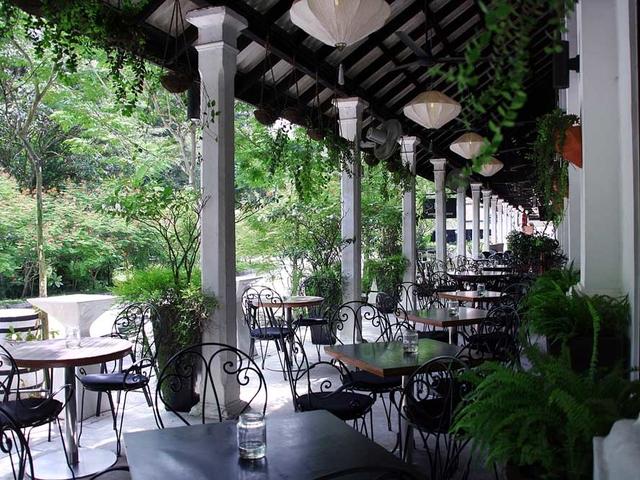 outdoor restaurant with alfresco area