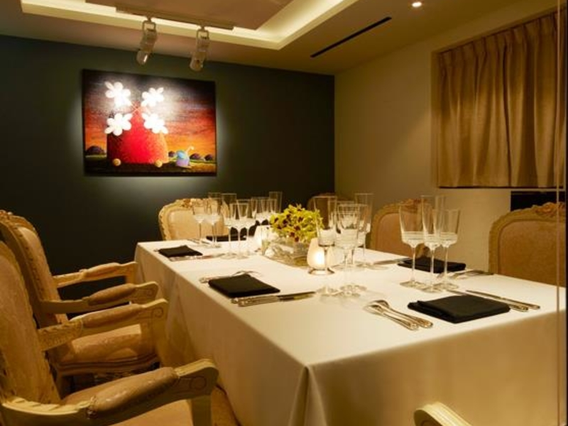 private intimate dining room for business meeting