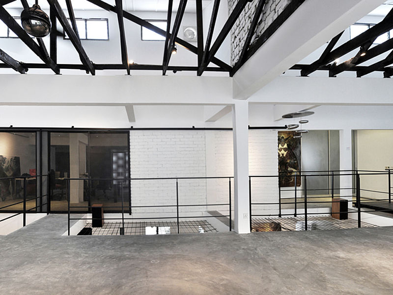 minimalist gallery with two floor and high ceiling