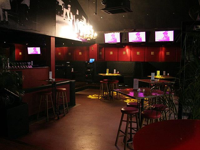 bar with private room and tv screen for 600 capacity