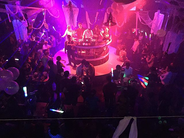 dj performance at cocktail party event