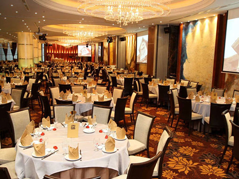 restaurant with 600 capacity with round table set up